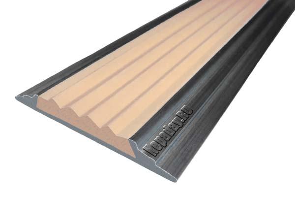 Алюминиевый накладной угол АУ42 с одной ставкой бежевого цвета против скольжения