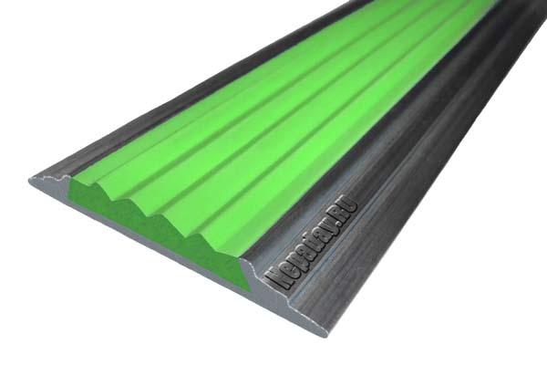 Алюминиевый накладной угол АУ42 с одной ставкой зеленого цвета против скольжения