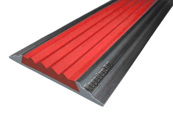 Алюминиевый накладной угол АУ42 с одной ставкой красного цвета против скольжения
