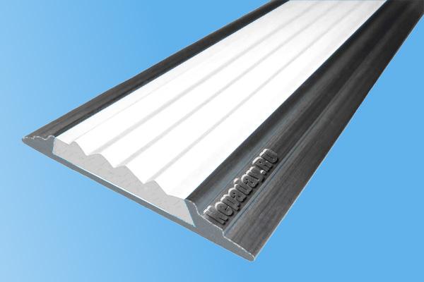Алюминиевый накладной угол АУ42 с одной ставкой белого цвета против скольжения
