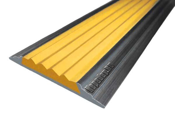 Алюминиевый накладной угол АУ42 с одной ставкой желтого цвета против скольжения