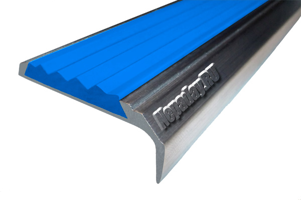 Алюминиевый накладной угол АУ42 с одной ставкой синего цвета против скольжения