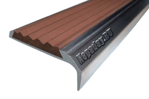 Алюминиевый накладной угол АУ42 с одной ставкой коричневого цвета против скольжения