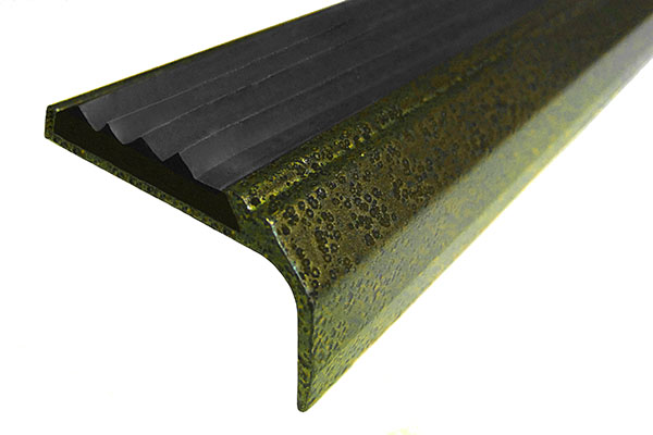 Алюминиевый накладной окрашенный угол AУ42 с одной вставкой против скольжения черного цвета