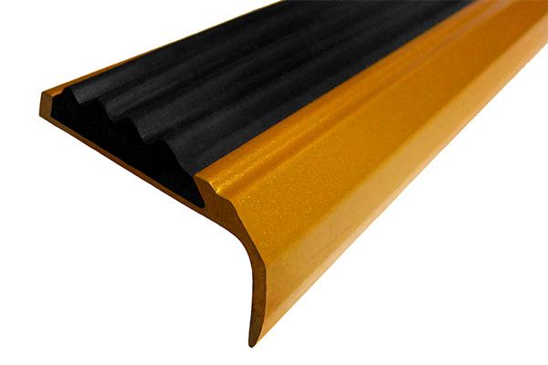 Алюминиевый окрашенный накладной угол-порог АУ42 с одной вставкой против скольжения