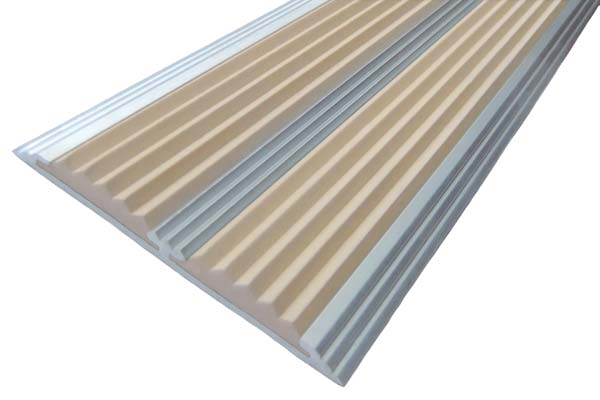 Алюминиевый накладной угол с двумя вставками бежевого цвета против скольжения