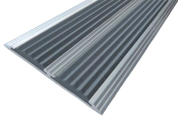 Алюминиевый накладной угол с двумя вставками серого цвета против скольжения