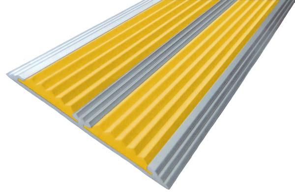 Алюминиевый накладной угол с двумя вставками желтого цвета против скольжения