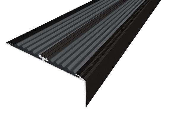 Алюминиевый анодированный накладной угол-порог цвета черный с двумя вставками против скольжения
