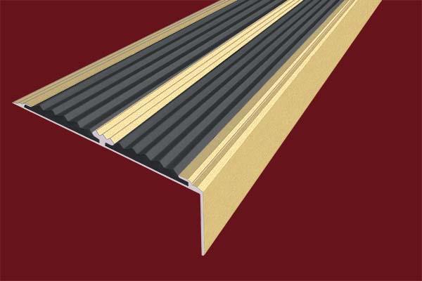 Алюминиевый анодированный накладной угол-порог цвета золото с двумя вставками против скольжения