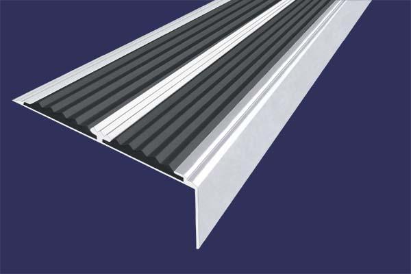 Алюминиевый анодированный накладной угол-порог цвета серебро с двумя вставками против скольжения