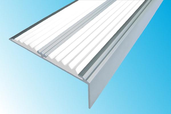 Алюминиевый накладной угол с двумя вставками белого цвета против скольжения