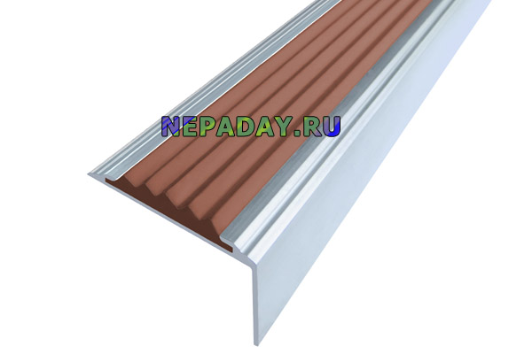 Алюминиевый накладной угол Стандарт с одной коричневой вставкой против скольжения